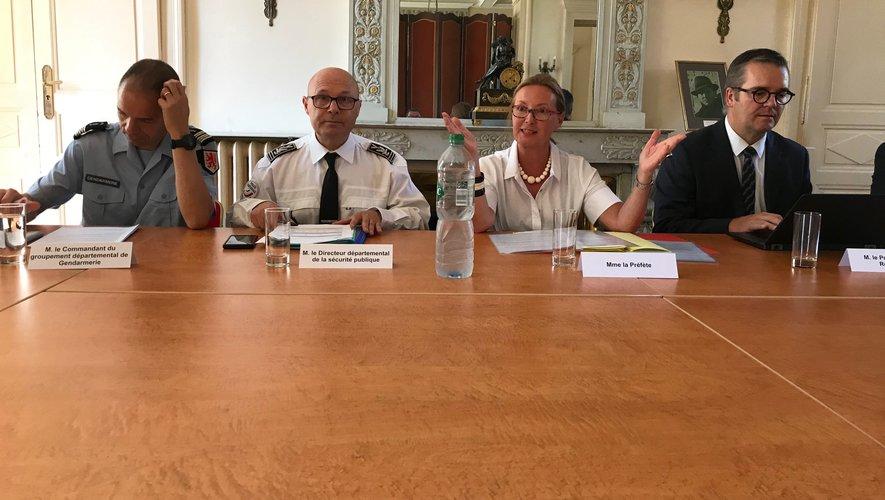 La préfète entourée du procureur et des responsables des forces de l'ordre, réunis ce mardi pour lancer en Aveyron  le plan de lutte contre les violences conjugales.