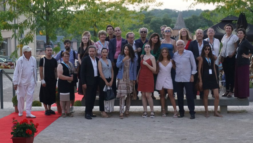 Artistes, réalisateurs, organisateurs reçu sur tapis rouge. place de la mairie.
