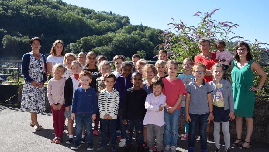 Les élèves avec son corps enseignant.