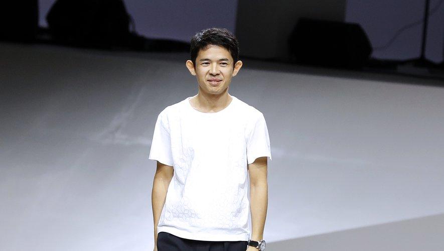 Le créateur pour la griffe Issey Miyake, Yoshiyuki Miyamae, le 30 septembre 2016 à Paris. Il a été à la tête des collections de prêt-à-porter féminin depuis 2011.