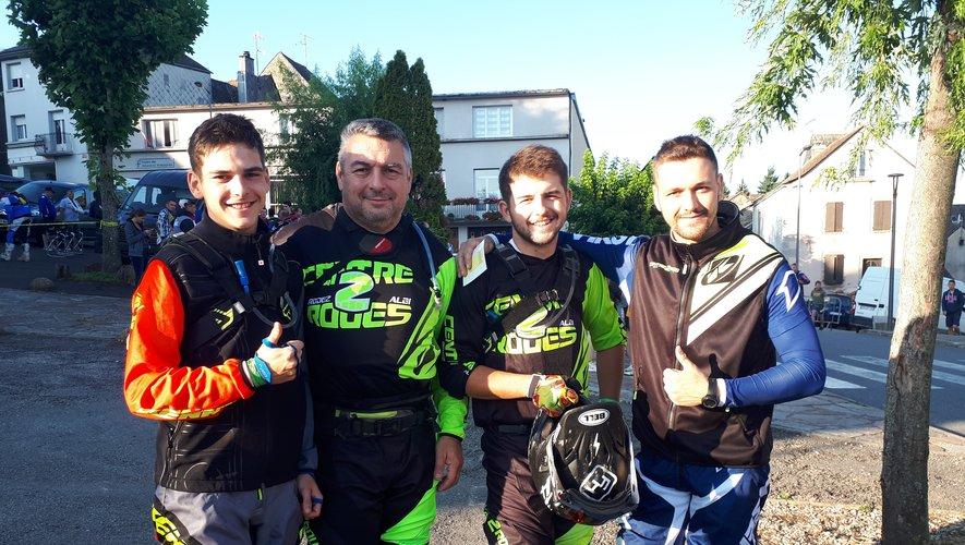 Victor Garcia (a gauche) vainqueur dans la catégorie 50cc et une partie de l'équipe Moto Verte Espeyrac.