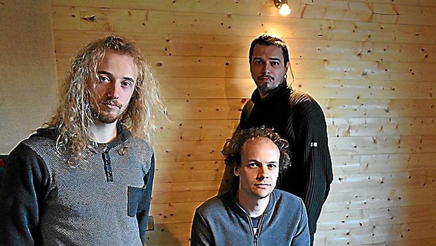 Les trois membres du groupe V dans leur studio.