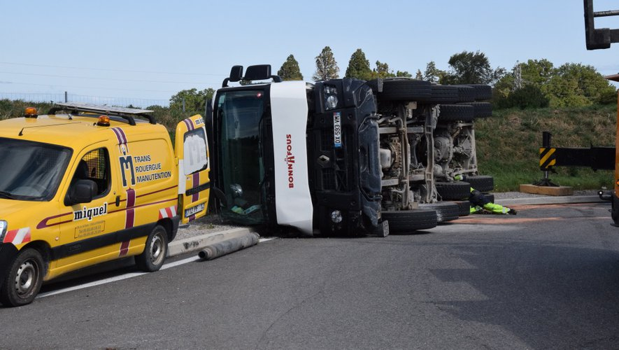 Le camion s'est couché sur le rond-point de la RN 88, à la fin la 2X2 voies.