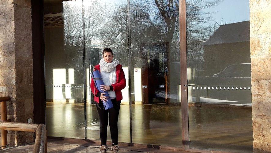 Christine Atheyne devant la salle du Causse à Mondalazac.