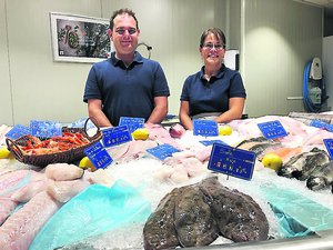 Laure et Pierre Lacassagne fiers de leur nouvelle enseigne avec des soles appétissantes./Photo MCB