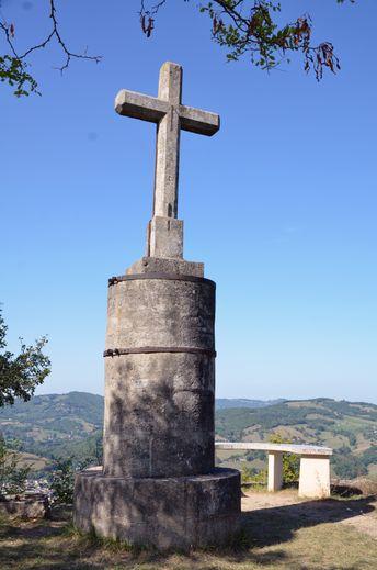 La Croix Glorieuse, au sommet de la colline.