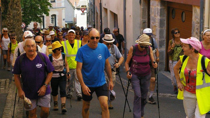 Les randonneurs touristes, encadrés par els «gilets jaunes» des Godillots à l'assaut du site du Fort.