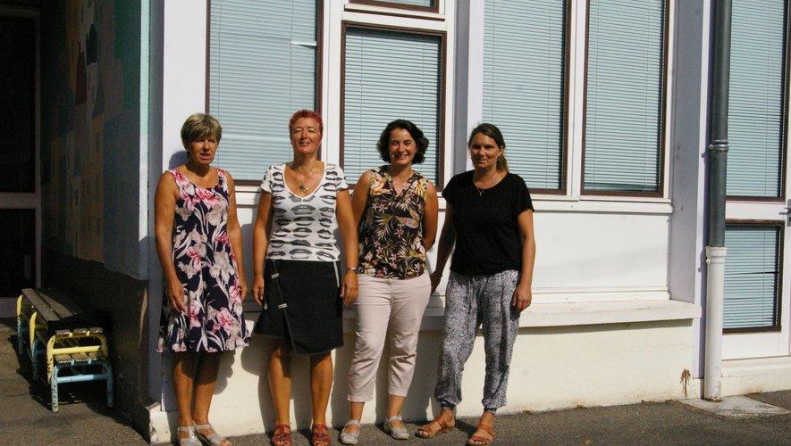 L'équipe pédagogique de Jacques Prévert, entourée par les Atsem.