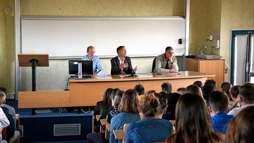 Bruno Bélières (au centre), directeur de l'établissement lors de la rentrée des élèves de premières années, jeudi matin.