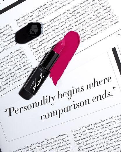 La campagne destinée à promouvoir la collection Karl Lagerfeld x L'Oréal Paris est inspirée par les citations les plus iconiques de Karl Lagerfeld.