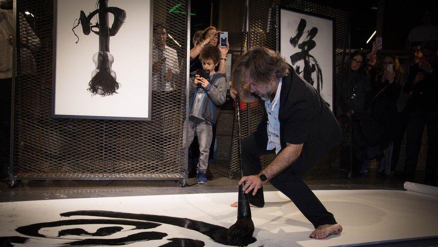 Pinceau en mains, Chris Calvet embarque et captive le public dans son univers sensible à chacune de ses performances.CC