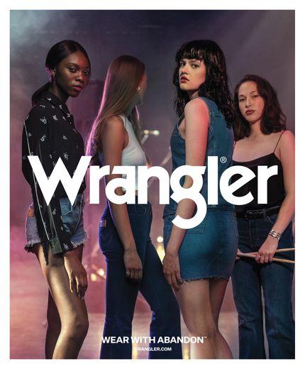 La campagne WEAR WITH ABANDON de Wrangler a fait appel à un casting représentatif américain, allant du cow-boy aux musiciennes en passant par des adolescents à vélo et de jeunes hommes téméraires.