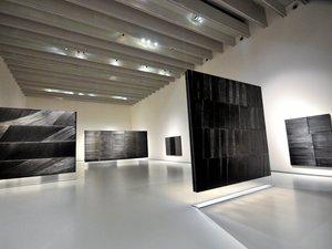Plusieurs outrenoirs sont exposés dans la galerie américaine.