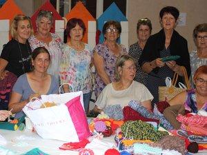 Les tricoteuses du Centre social se préparent à exposer leurs créations en ville.
