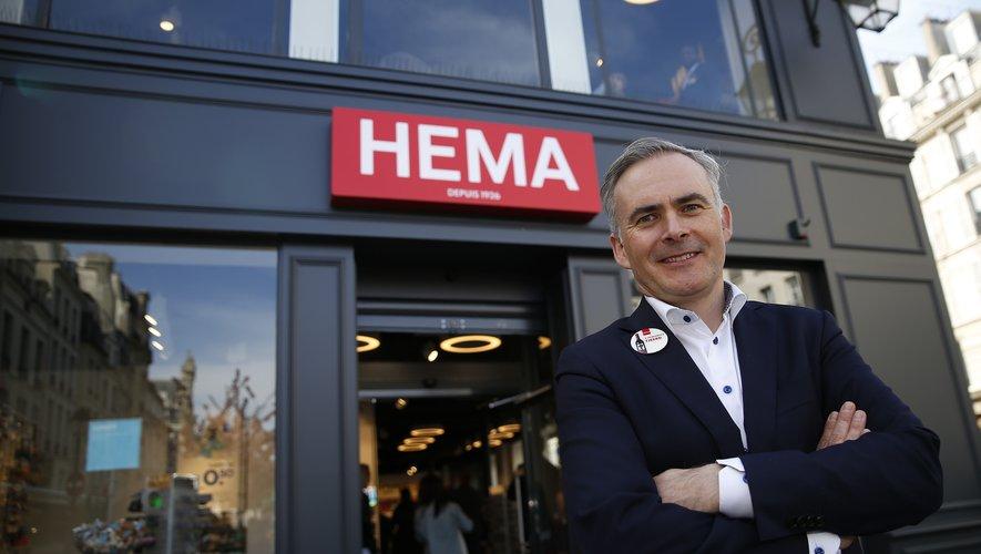 Tjeerd Jegen, Le PDG Hema, posant devant une boutique à Paris