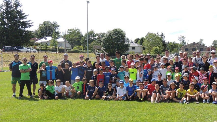 Les jeunes licenciés de LPFC et leurs éducateurs sur le stade François-Niarfeix à Luc.
