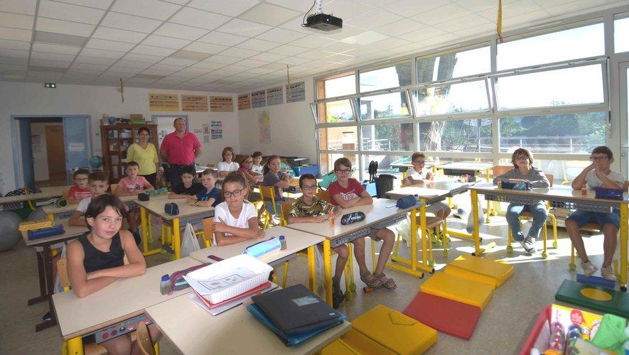 Visite du maire aux élèves, jour de la rentrée des 19 élèves de l'école primaire de l'unique classe de CE2 au CM2 de l'école primaire de Saint-Martin-de-Lenne du regroupement scolaire Saint-Martin-Pierrefiche.