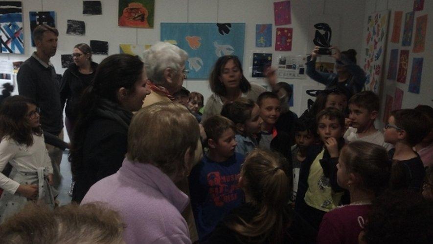 Le vernissage de l'exposition en présence des enfants et des résidents de la maison de retraite.