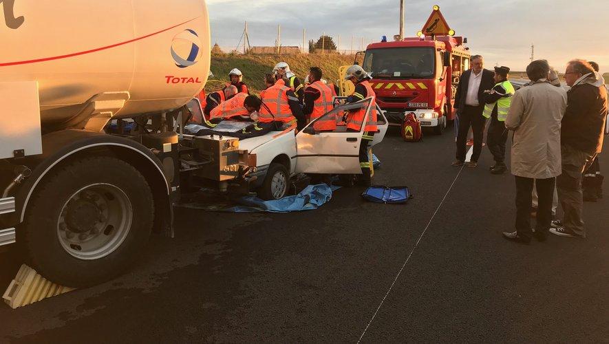 L'accident impliquait un camion transportant du fioul et une voiture avec deux personnes à son bord.