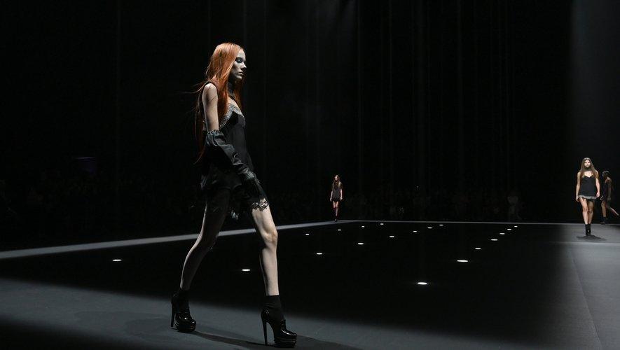 La lingerie est au coeur du défilé Vera Wang, avec des accessoires et des éléments qui transforment certains tops en soutiens-gorge et agrémentent les jupes de porte-jarretelles. New York, le 10 septembre 2019.
