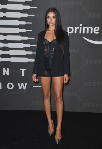 Shanina Shaik dans une robe type nuisette en dentelle noire surmontée d'un blazer ton sur ton. New York, le 10 septembre 2019.