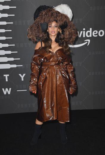 Dascha Polanco dans un trench porté en bustier accessoirisé avec une coiffe surdimensionnée. New York, le 10 septembre 2019.