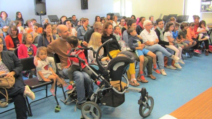 Parents et enfants très à l'écoute de la présentation de la nouvelle saison musicale par les enseignants.