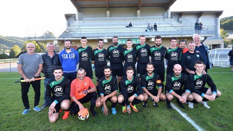 L'équipe senior 1 et les dirigeants de l'AS St-Geniez.