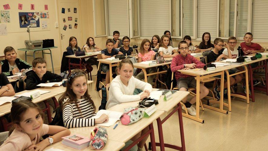 La classe de 6e accueillie par son professeur principal, Mme Bousquet, le jour de la rentrée.
