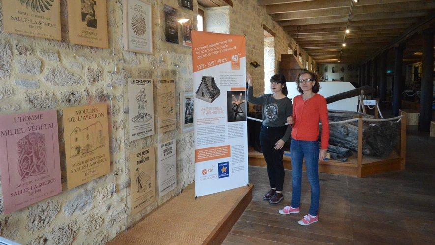 Manon et Bérangère, deux des animatices du musée, présentent l'exposition anniversaire.