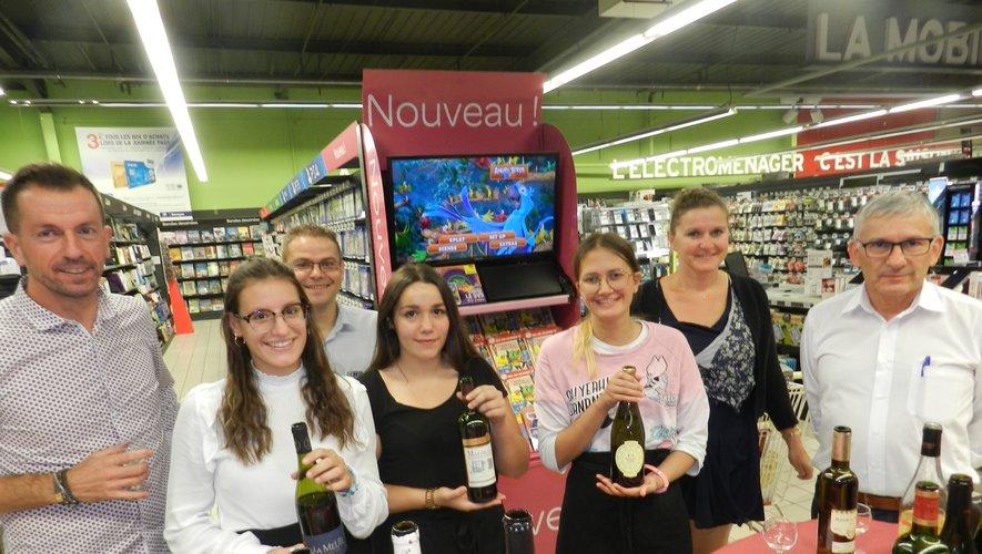 Le directeur du magasin, Patrick Darpeix (à droite), avait fait appel à des étudiantes de l'Institut François-Marty.