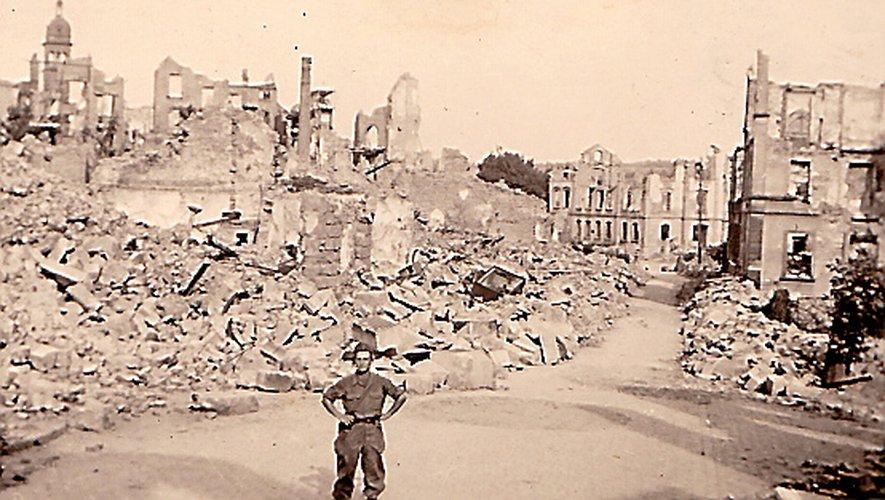 Dans les ruines de Pforzheim lors de la campagne d'Allemagne.