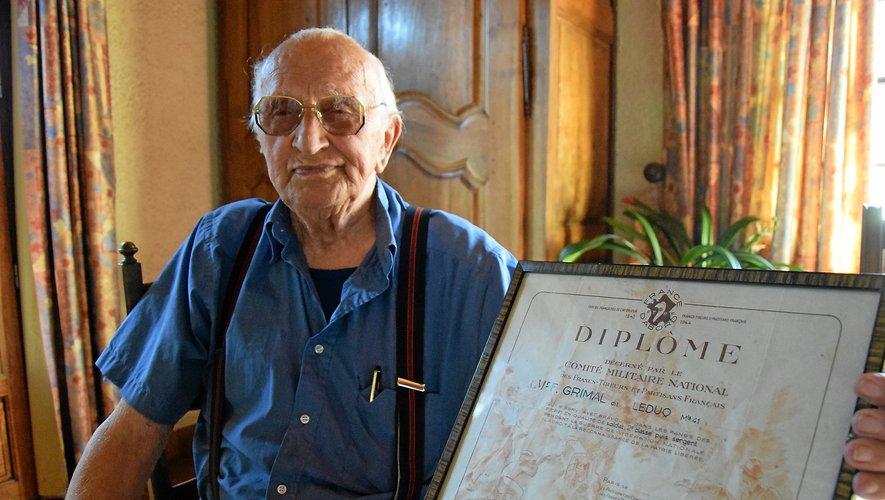 Fernand Grimal, 95 ans, et son diplôme remis par le Comité militaire national.