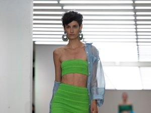 La couleur est reine chez Mark Fast qui n'hésite pas à décliner ses créations en rose, vert, jaune ou bleu flashy, et à proposer des robes et jupes version mini. Londres, le 13 septembre 2019.