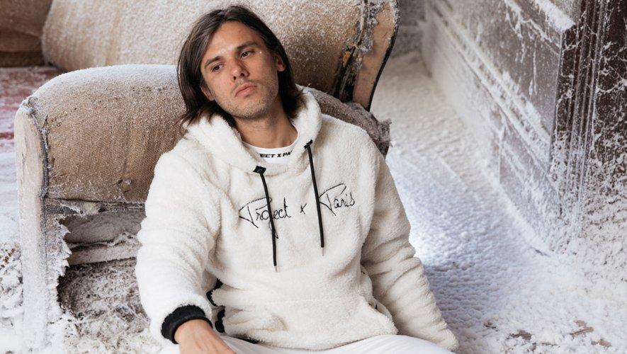 Orelsan prête ses traits à la nouvelle campagne de la marque Project X Paris.