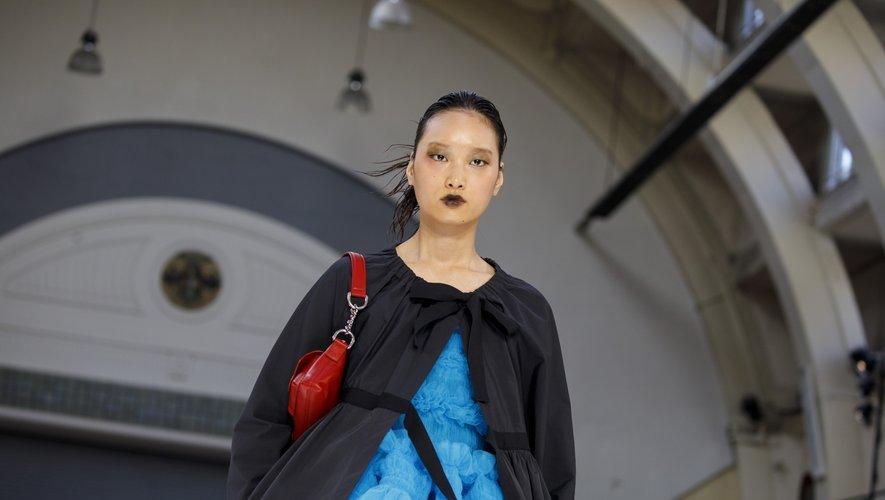 Lèvres foncées et regards charbonneux ont fait converger les regards lors du défilé Molly Goddard.