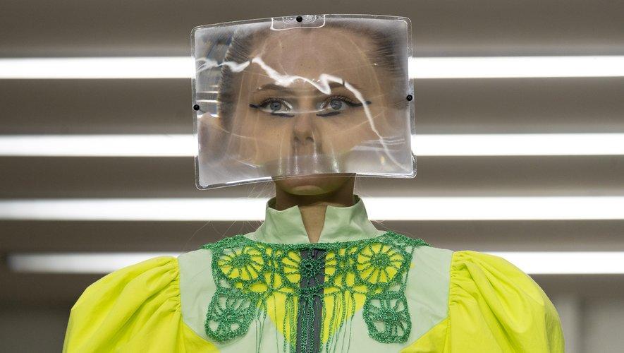 Matty Bovan a fait défiler ses mannequins derrière de grandes loupes fixées à leur tête qui modifiaient leur visage pour un effet irréel et inédit.