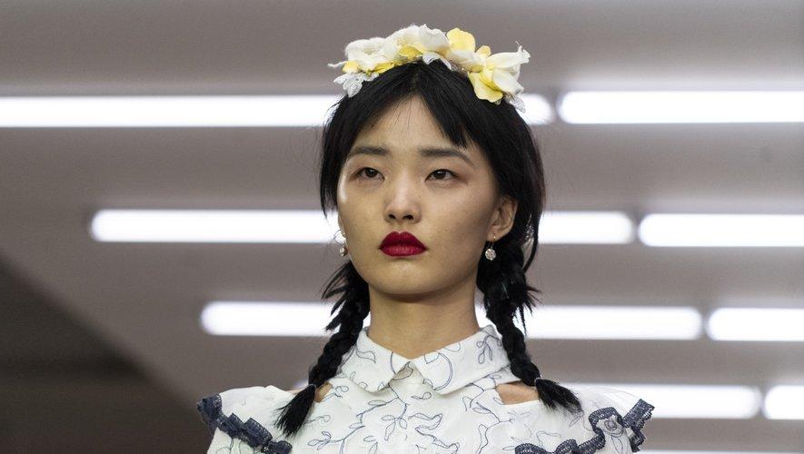 Omniprésentes, les tresses de la marque turque Bora Aksu étaient associées à des franges et à des accessoires fleuris.