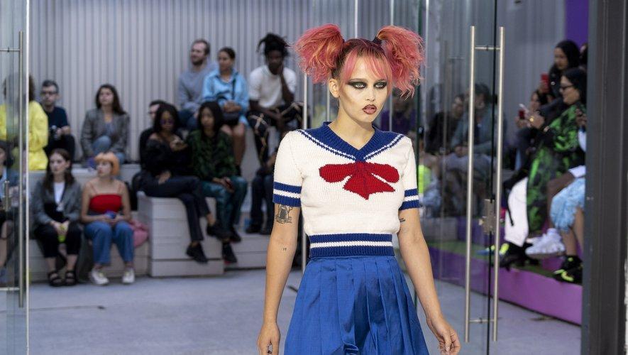 Chez Fashion East, les couettes colorées sont associées à un trait d'eyeliner pour un look d'écolière grunge.