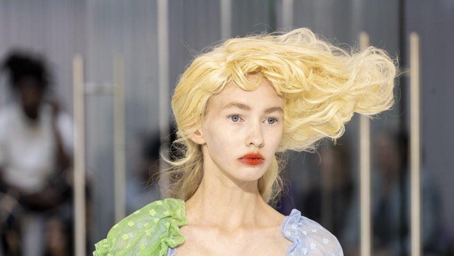 Pour souligner l'effet des perruques structurées du défilé Yuhan Wang, les mannequins arborent une bouche rouge.