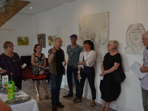 Gérard Alvarez (au centre de la photo) explique son travail artistique lors du vernissage de son exposition.