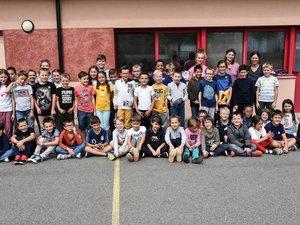 49 élèves et leurs professeurs.