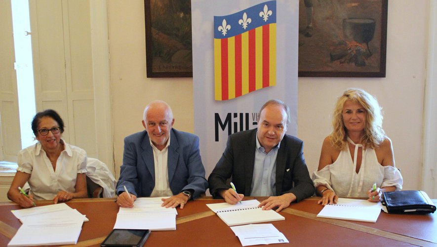 Centres sociaux, Ville et Caf réunis pour la signature.