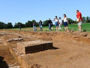 Des bases de pile particulièrement bien conservées, réalisées à base de schiste et de grès local,