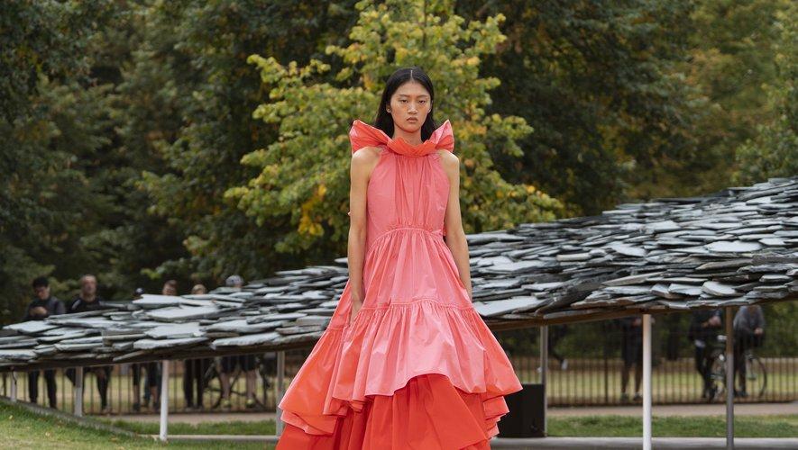 Roksanda présente des robes sculpturales, subtilement froissées, très féminines, pour l'été 2020. Londres, le 16 septembre 2019.