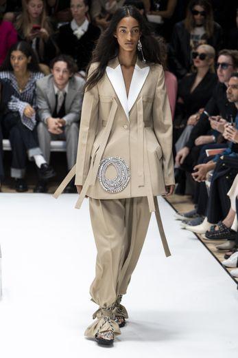 JW Anderson réinterprète le tailleur en jouant sur les volumes et les proportions, avec des pantalons ultra longs noués autour de la cheville et des vestes ornées de lanières. Londres, le 16 septembre 2019.