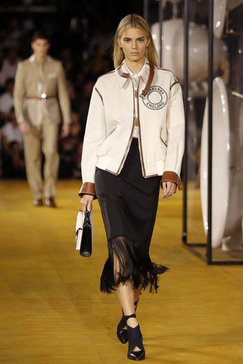 Kendall Jenner, blonde, présente une silhouette qui combine féminine et inspiration streetwear, signée Burberry. Londres, le 16 septembre 2019.