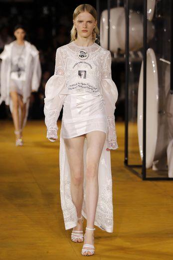 Burberry présente des robes blanches en dentelle aux manches bouffantes et longueur XXL, courtes devant et longues derrière. Londres, le 16 septembre 2019.