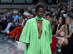 Victoria Beckham a présenté une collection tout en contrastes, délicate et puissante, toujours féminine, avec des robes fluides et des costumes chic. Londres, le 15 septembre 2019.