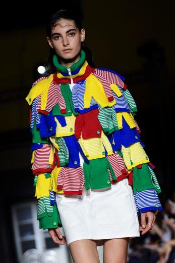 Benetton propose de nombreuses créations agrémentées d'empiècement comme ce haut recouvert d'une multitude des tricots mythiques de la marque. Milan, le 17 septembre 2019.